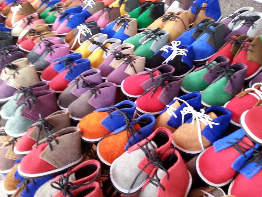 una bancarella di scarpe per bambino ad un mercato di bangkok - Zoom ... f3419f62c9d