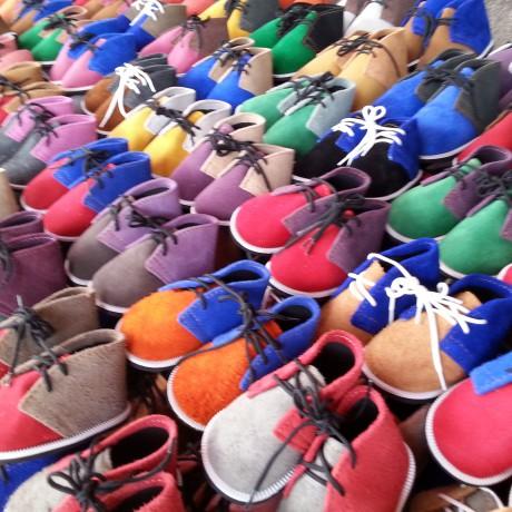 una bancarella di scarpe per bambino ad un merc. 475c2f7ce43